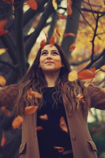 Photo de portrait exterieur, feuilles d'automne