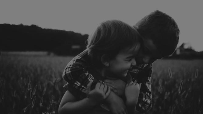 Photo de famille, enfants , complicité entre frère et soeur